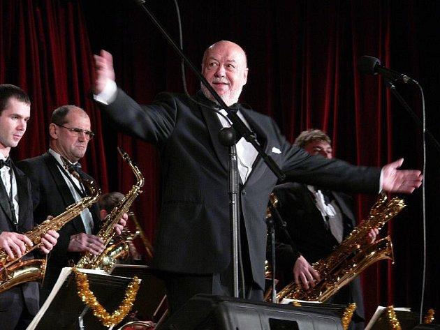 Orchestr Václava Hybše není jen hudba známá z předrevolučních televizních estrád. V letošní sérii vánočních koncertů bude doprovázet i řadu mladých zpěváků.