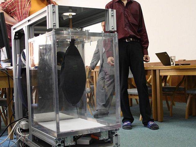 Plastový váček simulující plíci se dá nahradit prasečí plící.