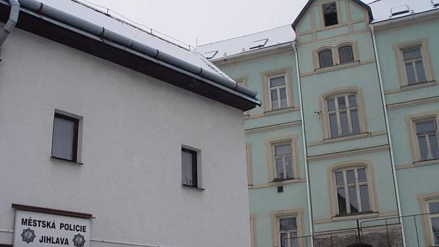 Služebna strážníků ruší televizní signál protějšího domu