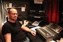 Zvukař v divadle. K práci zvukaře se Martin Zmrhal dostal náhodou. Po průmyslové škole nastoupil do domu kultury a později se dostal na pozici zvukaře v Horáckém divadle Jihlava.