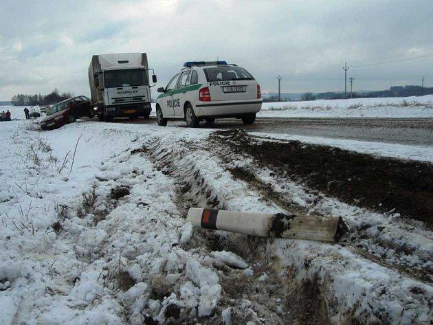 Silnici z Pelhřimova do Jihlavy uzavřela ve čtvrtek u Dušejova řetězová nehoda