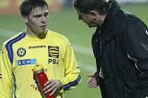 Koukejte vyhrát! Jako by říkal asistent trenéra Karola Marka Josef Vrzáček (vpravo) Tomáši Cihlářovi. Vysočina hostí poslední Třinec a tři body se berou jako samozřejmost.
