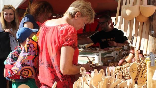 Trhy. Součástí Prázdnin v Telči je také bohatý doprovodný program. Telčské hlavní náměstí zaplní stánkaři, kteří nabízí nejrůznější výrobky. Často jde o vlastnoruční produkty.