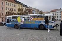 Na jihlavském Masarykově náměstí zaparkoval autobus Nezákladňák.