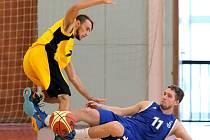 Zlomili to. Domácí černou šňůru jihlavští basketbalisté (vlevo Miroslav Krajcigr) přetrhli. Liberec porazili o deset bodů.