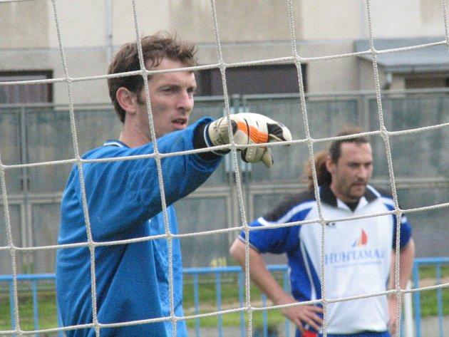Brankář Okříšek Libor Fiala vychytal dvakrát proti lídrovi soutěže čisté konto. V posledním utkání dokonce zneškodnil i Váchovu penaltu.