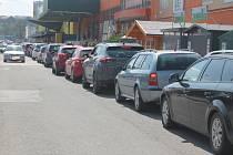 V jihlavské nákupní zóně Romana Havelky jsou dlouhé kolony. Důvodem jsou stavební práce na mimoúrovňové křižovatce dálničního přivaděče a ulice Romana Havelky.