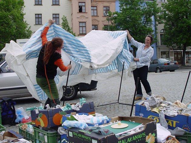 Trhovci na Masarykově náměstí občas museli místo prodávání zboží zápasit se silnými poryvy větru.