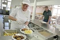 Školní oběd. Kuchařské týmy ve školách se v posledních letech učí vařit zdravější a pestřejší jídla.