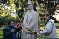 Socha Masaryka už stojí na svém místě před Gymnáziem Jihlava. Umělec Robert Musil do odhalení sochy odstraní transportní blok hořického pískovce ze zátylku prezidenta.