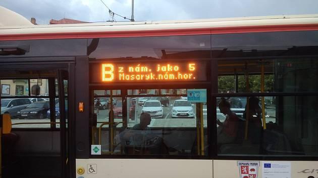 Dle informační tabule měl jet autobus po trase linky 5. Pokračoval však jinou cestou.
