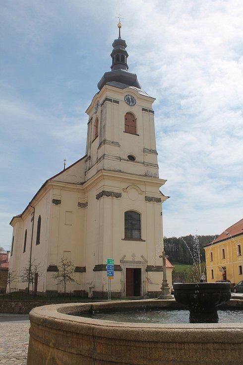 Kostel svatého Jakuba Většího je vedle náměstí.