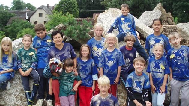 Účastníci dětského letního kurzu Harry Potter a vězeň z Azkabanu si vlastnoručně vyrobí trička s Klofanem.