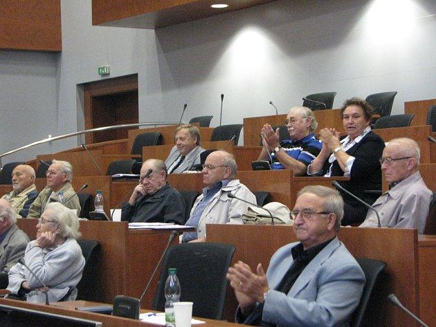 Řečnické umění některých diskutujících z řad seniorů se setkalo s uznáním publika.