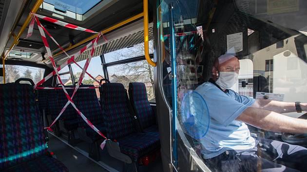 Ochranná opatření před šířením koronaviru v městské hromadné dopravě v Jihlavě. Na snímku je malý autobus.