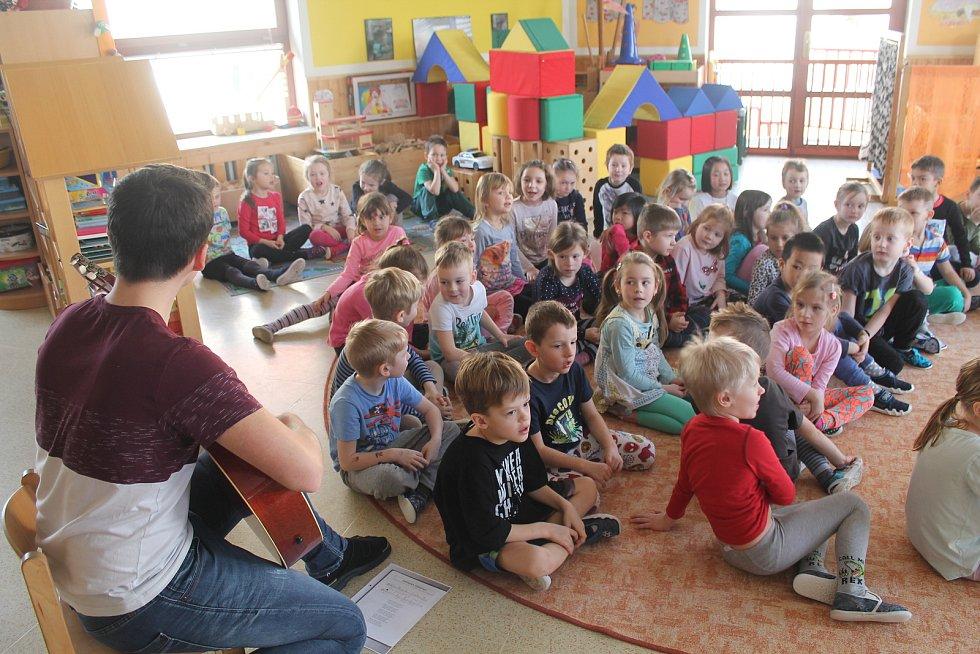 Hejtman přečetl dětem pohádku a poté si mohl poslechnout dvě písničky se zimní tematikou. Foto:  Deník/Martin Singr