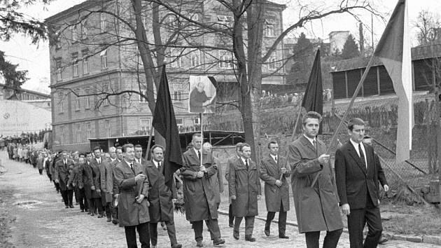 Komunisté z toho neměli radost: Pohřbu Evžena Plocka se v dubnu roku 1969 zúčastnily davy. Smuteční průvod vyšel z podniku Motorpal, na jihlavském hřbitově pak uctilo památku zesnulého 5 000 lidí.