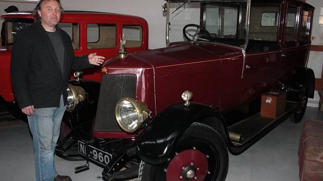 Automobil značky Armstrong Siddeley od roku 1919 sloužil jako limuzína pro sira Huberta Swinburnea a jeho rodinu. Nyní je k vidění v muzeu techniky v Telči, kam byl zapůjčen. Nese jméno Nellie podle původní značky NL.