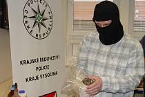 Detektivové z Toxi týmu si na tiskových konferencích nasazují černé kukly, aby si uchránili anonymitu. U jihlavského soudu je mít nemohou.