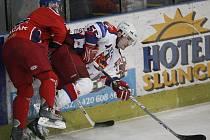 Havlíčkobrodští hokejisté (v bílém Vladislav Kubeš) šli tentokrát za vítězstvím hned od úvodní minuty a na konci souboje s Ostravou si na konto připsali tři body za výhru 4:2.