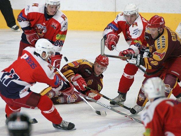 Kdo s koho? Na Horáckém zimním stadionu se představí dva regionální rivalové: domácí Jihlava se postaví Havlíčkovu Brodu. Naposledy se oba týmy utkaly v přípravě (na snímku), Dukla tehdy nasázela soupeři osm branek.