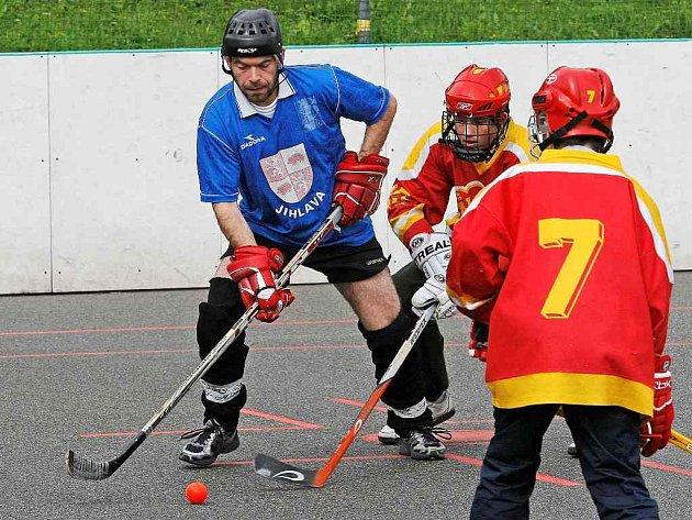 Havlíčkobrodský hokejový gólman Jaroslav Suchan (vlevo) se tentokrát do branky nepostavil. V dresu Rybníkářů se ale musel spokojit pouze s finálovou účastí.