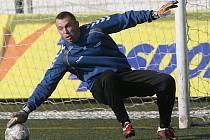 Jihlavský brankář Jaromír Blažek právě pouští střelu Varadiho, která znamenala vyrovnání na 2:2. Přesto si gólman ve své premiéře počínal jistě.