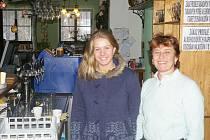 Magda Vaňková s dcerou Petrou za barem Poutního hotelu Křemešník. V podniku lze pořádat firemní akce, svatby, hostiny nebo konference, objekt má i venkovní terasy a přilehlé parkoviště pro auta.