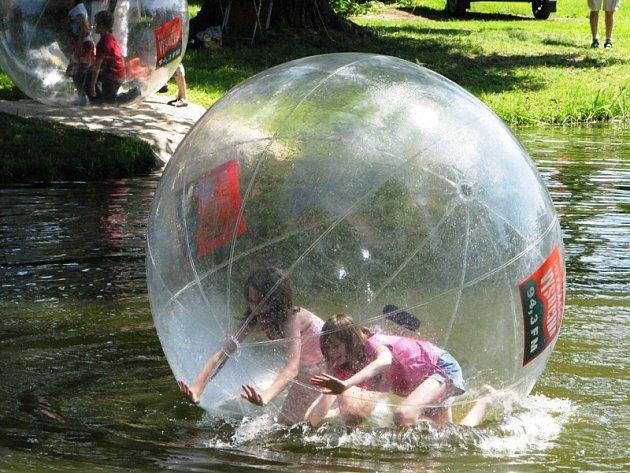 Aquazorbing je novým stylem zábavy na vodních plochách. Koule unese až váhu 150 kilogramů.