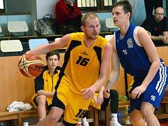 Basketbalisté BC Vysočina (s míčem Jiří Bubák) koncovku nedělního zápasu nezvládli. Nymburk B si nakonec odvezl vítězství o čtyři body.