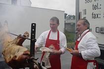 Na žádných slavnostech Kosteleckých uzenin nemohou chybět lahůdky z vepřového masa. I v sobotu se v Kostelci grilovalo.