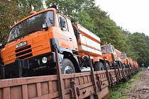 Nakládka nákladních vozů vyřazených z majetku Krajské správy a údržby silnic Vysočiny směřujících do partnerského regionu Zakarpatské oblasti Ukrajiny.