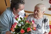 Klientky v domově pro seniory na Lesnově se dočkaly květinového překvapení k Mezinárodnímu dni žen.