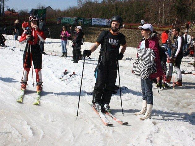 Lyžaři si v sobotu v areálu na Šacberku užívali zimy a jara současně. Tričko s krátkým rukávem nebo krátké kalhoty zde nikoho nepřekvapily.