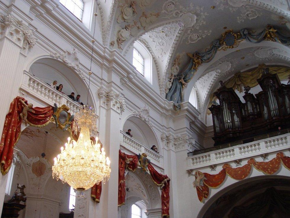 Vzácný lustr z 19. století je kvalitní umělecko-řemeslnou prací. Letos v únoru byl prohlášen kulturní památkou.