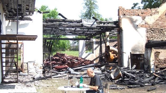 Ze stodoly v Rodinově toho po nočním požáru mnoho nezbylo. Hasičům pomohlo při ochraně sousedních stavení i počasí.