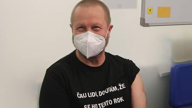 """V sobotu druhého ledna 2021 začalo na Vysočině očkování proti koronaviru. """"Nikdy jsem se necítil lépe,"""" usmál se po očkování ředitel nemocnice Lukáš Velev."""
