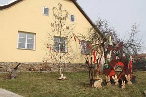 V  Lukách nad Jihlavou je výzdoba před muzeem.