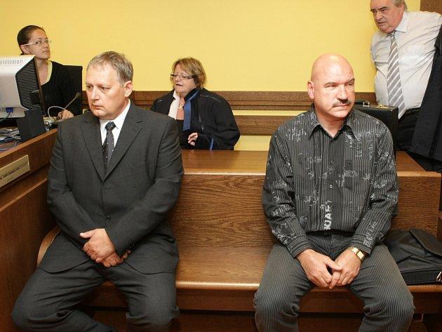 Na lavici obžalovaných. Vladimír Přidal (vlevo) a Luboš Velecký (vpravo) se v červenci 2013 u Krajského soudu v Hradci Králové zodpovídali z vydírání.