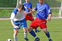 Fotbalisté Bystřice (vpravo Lukáš Kozáček) se po výprasku v Humpolci vzpamatovali a doma Pacovu nastříleli čtyři góly.