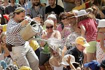 Na začátku letošních Prázdnin v Telči ocenili návštěvníci osvěžení, ani voda z nebe jim ale náladu nezkazila.
