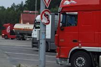 Podle policejních statistik i podle osobních zkušeností řidičů kamionů se občas na dálničních odpočívadlech dějí různé pokusy, jak se nelegálně domoci majetku. Oslovení řidiči však zatím žádné negativní zkušenosti nemají.