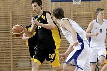 """Jihlavští basketbalisté (s míčem Pavel Číha) byli o víkendu úspěšní jen napůl. V Poděbradech prohráli, na plaubovce nymburského """"béčka"""" se radovali z těsné výhry."""