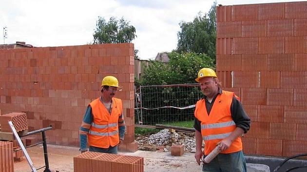 Stavební firmy často zaměstnávají lidi z Východu, nejčastěji lze na stavbách slyšet ukrajinštinu. Ilustrační foto.