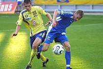 Jihlavští fotbalisté (vlevo Michal Vepřek) v prvním poločase duelu s nováčkem naprosto vyhořeli. Po změně stran však dokázali tříbrankovou ztrátu aspoň dotáhnout.