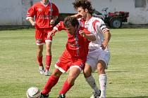 Zatímco fotbalisté Rantířova (vlevo) chtějí doma vyhrát, Stonařov by se spokojil v Nové Vsi i s bodem.