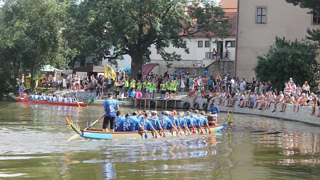 Závody dračích lodí na Štěpnickém rybníku.