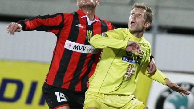 Jihlavský útočník Petr Faldyna (vpravo na snímku z podzimního souboje s Opavou) potvrdil pověst střelce. Jeho gól hlavou však stačil pouze na remízu.