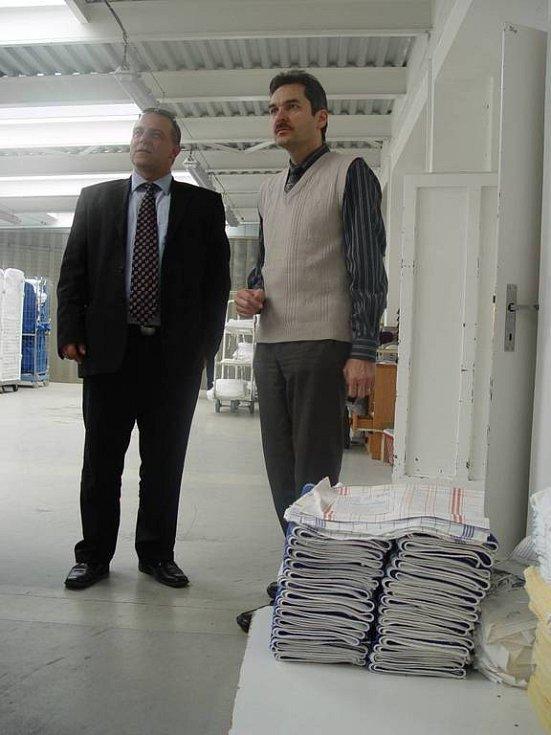 Ředitel prádelny Zámek s náměstkem jihlavského primátora Radkem Vovsíkem.