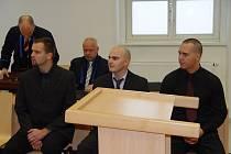 Zleva na lavici obžalovaných sedí člen obviněné hlídky Martin Hrubý, řidič policejního služebního vozu Ondřej Krejčí a velitel hlídky Jakub Mikeš. U soudu řekli svou verzi případu a dál odmítli vypovídat.